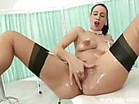 Oiled up bubble butt domina Tammie Lee in stockings rubs her pussy in front of a guy